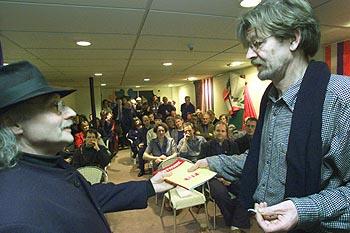 Skilder Sjoerd de Vries krijt fan Hettinga it earste eksimplaar fan Kistwurk